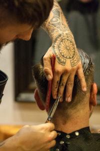 Hairartist bei der Arbeit