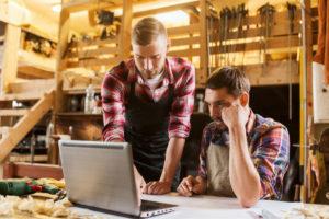 Handwerker mit Laptop