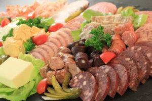 Adelplatte: Käse, Wurst, Gurken, Pressack: im Wirtshaus im Frankenwald