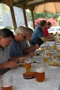 Adelskammer Carlsgrün: Essen und Trinken auf der Terrasse