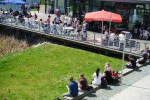 Studenten erholen sich am Campus der Hochschule Hof