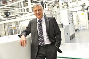 Dr. Christian Heinrich Sandler in der Produktionshalle