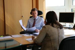 Dr. Oliver Bär am Schreibtisch