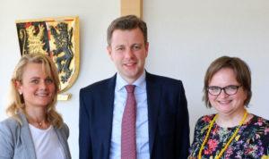 Landrat Dr. Oliver Bär mit Lena Wunderlich und Dagmar Müller