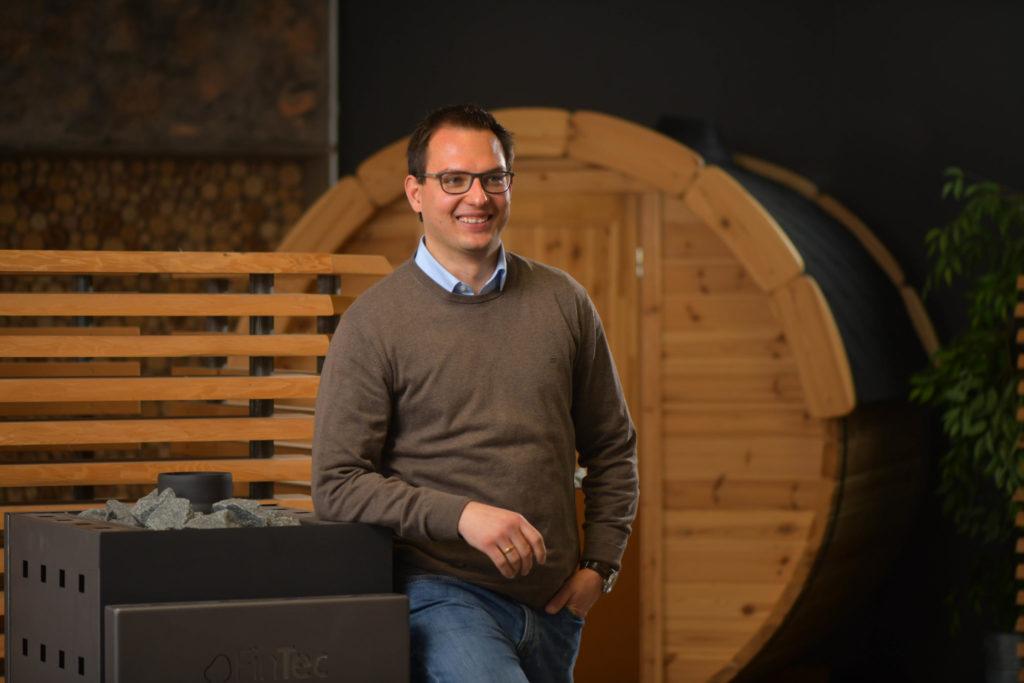 Alexander Schmidt im Showroom von FinTec.