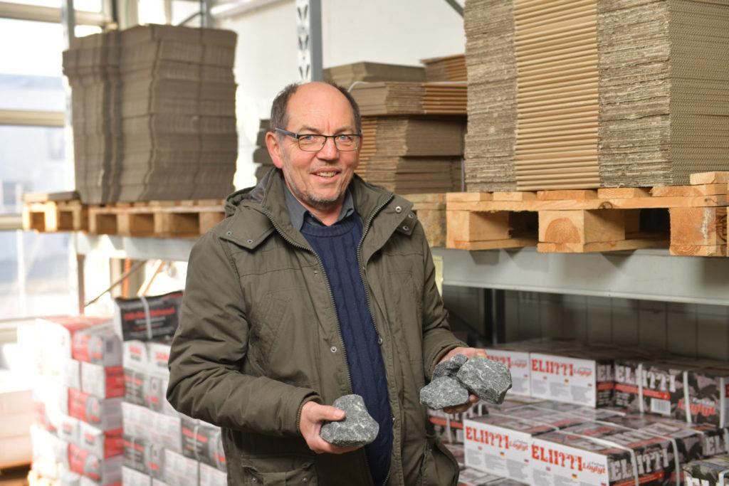 Rainer Schmidt mit Saunasteinen im Lager von FinTec in Münchberg.