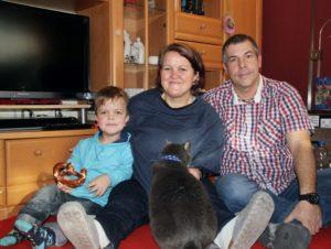 familie mit kind und katze