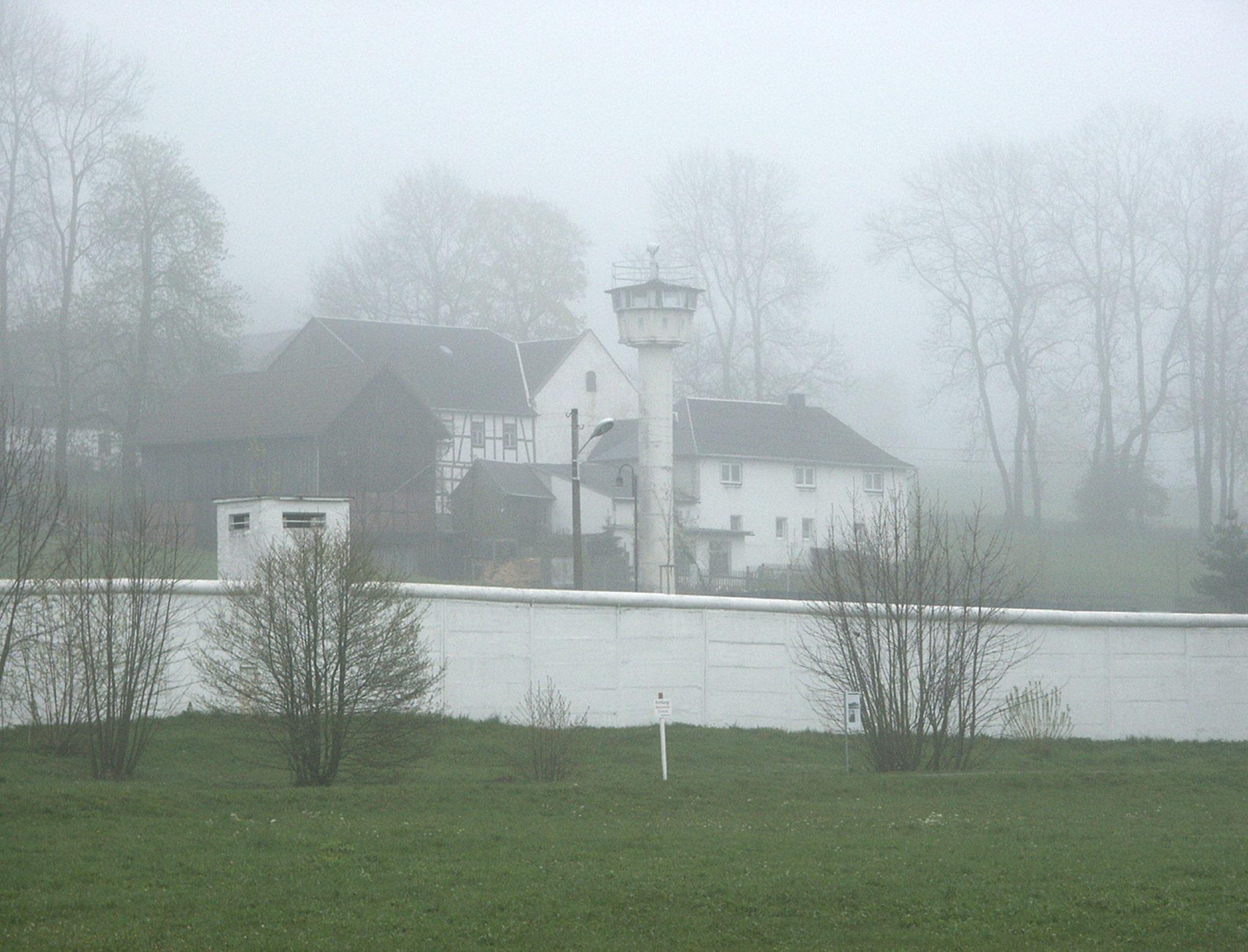 Blick auf das ehemals geteilte Dorf Mödlareuth an der bayerisch-thüringischen Grenze im Landkreis Hof.