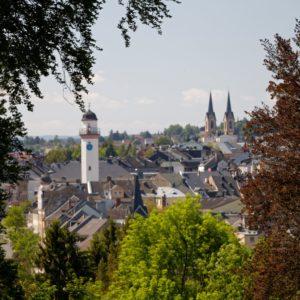 Blick auf die Stadt Hof vom Bürgerpark Theresienstein nahe Wohnmobilstellplatz am Park