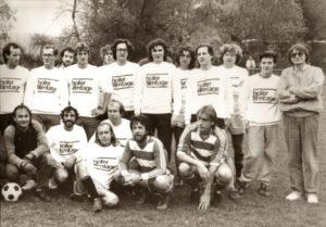 Historische Aufnahme; Hofer Filmtage 1982; Mannschaft des 1. FC Hofer Filmtage, u.a. mit Wim Wenders; Werner Herzog; Festival-Gründer Heinz Badewitz. (Bild: Internationale Hofer Filmtage, Archiv)