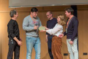 """Preisverleihung: Karoline Schuch überreicht den """"Förderpreis Neues Deutsches Kino"""" für den besten Film an Max Gleschinski für """"Kahlschlag"""". © Int. Hofer Filmtage, Th. Neumann"""