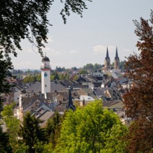 Der Blick vom Biergarten am Wirtschaftsgebäude des Parks auf Hof/Saale.
