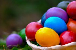 """Bis heute färben wir Ostereier. Im oberfränkischen Brauchtum der """"Patenware"""" hatten die Farben einst eine ganz besondere Bedeutung."""