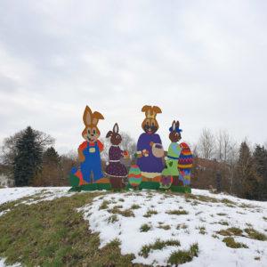 Osterhasen, Osterdekoration ; Auch in Obertiefendorf (Gemeinde Töpen) läutet eine farbenfrohe Osterdekoration das Ende des Winters ein.