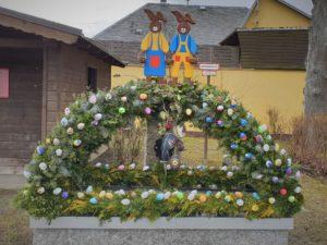 Traditioneller Osterbrunnen in Ahornberg im Hofer Land.