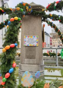Stadt Hof: Auch der Jean-Paul-Brunnen am Schlossplatz in Hof wird als Osterbrunnen geschmückt.