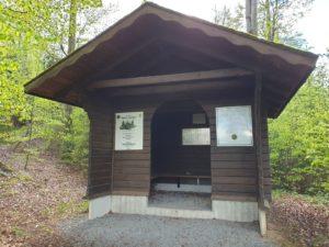 An der Stelle des einstigen Kohlemeilers steht heute ein Schutzunterstand des Frankenwaldvereins.