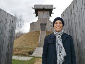 Adrian Roßner am Nachbau eines typischen Turmhügels im Geschic