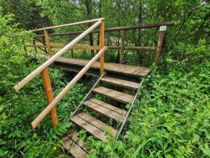An der hübschen Holzbrücke überquert die Lamitzpfad die Lamitz. Weiter geht's durch einen gemähten Wiesenpfad.