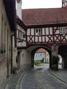 Durch dieses historische Tor in Kronach radeln wir in Richtung Bahnhof, wo schon der Rad-Bus auf uns wartet.