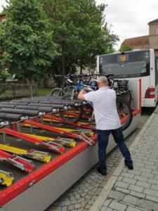 Am Bahnhof von Kronach ist unsere Haltestelle. Der nette Busfahrer lädt die Räder auf den Anhänger und los geht's Richtung Heimat.