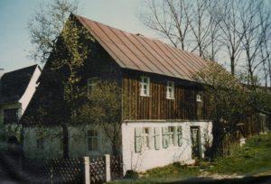 Ein für das Hofer Land typisches Frackdachhaus aus dem späten 18. Jahrhundert in Zell (Sammlung Unglaub/Roßner)