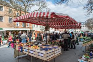 Wochenmarkt auf dem Maxplatz in der Stadt Hof.