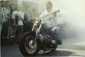 """Steve, der einige Zeit Dragster-Rennen fuhr, zeigte 1995, dass er sein Bike nicht nur schnell beherrschte. So wurde er Gewinner beim """"Slowrace""""."""