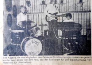 Die jungen Zwillinge mit ihrer ersten Band, die aus Mitgliedern des Spielmannszuges bestand. Black Sbiders nannten sie sich - und lachen noch heute über den Schreibfehler im Band-Namen.