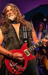 """4. Steve in vollem Einsatz als Gitarrist der Band """"Blue Indigo""""."""