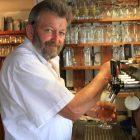 Fritz Gebelein zapft Bier in der Adelskammer